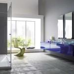 Un espace de lumière et de douceur : De reflets de la laque, aux « vagues » des miroirs, à la transparence de la douche…