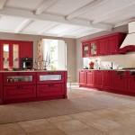 Ambiance Traditionnelle pour cette cuisine conçue avec modernité. L'idée du decorateur intérieur paris: Cuisine sur mesure traditionnelle, pleine de «peps» habillée en rouge.